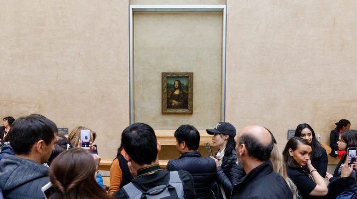 Leonardo Da Vinci's Mona Lisa at the Louvre Museumn